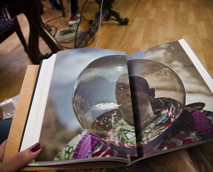 """Афронавти"" на Кристина де Миддел  снимка на копие от автора"